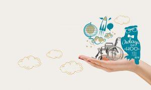 Hand auf der ein kleiner Rollstuhl steht und eine illustrierte Eule sitzt mit der Aufschrift: Owlays be hoo you are. Darüber: eine gezeichnete Rakete, Wolken und eine Weltkugel.